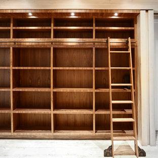 バンクーバーの巨大なアジアンスタイルのおしゃれなホームオフィス・仕事部屋 (ライブラリー、白い壁、竹フローリング、ベージュの床) の写真