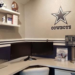 オースティンの中サイズのエクレクティックスタイルのおしゃれな書斎 (青い壁、ラミネートの床、造り付け机、茶色い床) の写真