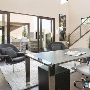 Esempio di un ampio studio design con pareti beige, scrivania autoportante, parquet scuro e pavimento marrone