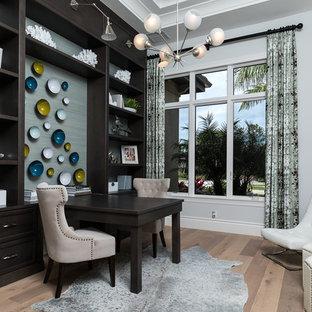 Источник вдохновения для домашнего уюта: рабочее место среднего размера в средиземноморском стиле с серыми стенами, светлым паркетным полом, встроенным рабочим столом и бежевым полом без камина