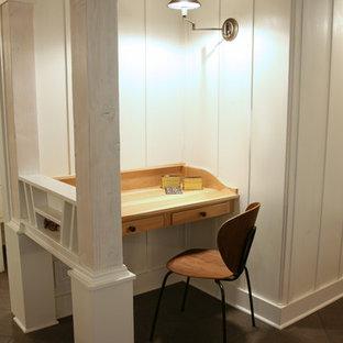 Immagine di un piccolo atelier eclettico con pareti bianche, pavimento con piastrelle in ceramica e scrivania incassata