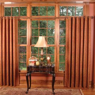Стильный дизайн: рабочее место среднего размера в классическом стиле с розовыми стенами, темным паркетным полом, отдельно стоящим рабочим столом и коричневым полом без камина - последний тренд