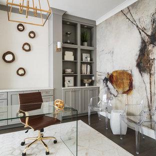 Ispirazione per un ufficio classico con pareti bianche, parquet scuro e scrivania autoportante