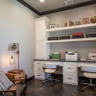 Idee per un ufficio moderno di medie dimensioni con pareti grigie, pavimento in cemento, nessun camino, scrivania incassata e pavimento nero