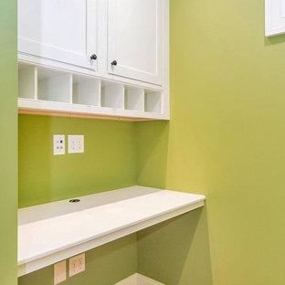 サンディエゴの中サイズのカントリー風おしゃれな書斎 (緑の壁、淡色無垢フローリング、暖炉なし、造り付け机) の写真