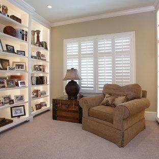 リトルロックの中サイズのトラディショナルスタイルのおしゃれなホームオフィス・仕事部屋 (ベージュの壁、カーペット敷き、ライブラリー、暖炉なし、ベージュの床) の写真