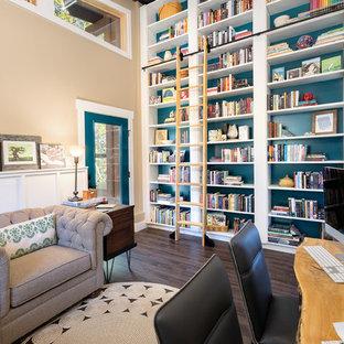 Diseño de despacho rural, sin chimenea, con paredes azules, suelo de madera oscura, escritorio independiente y suelo marrón