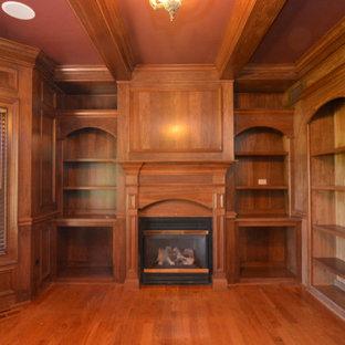 Foto di uno studio tradizionale con libreria, parquet chiaro e cornice del camino in legno