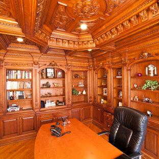 Imagen de despacho tradicional, de tamaño medio, sin chimenea, con suelo de madera en tonos medios y escritorio independiente