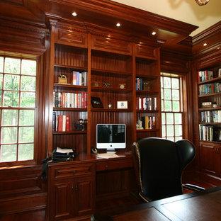 フィラデルフィアの中サイズのトラディショナルスタイルのおしゃれなホームオフィス・仕事部屋 (ライブラリー、茶色い壁、竹フローリング、暖炉なし、造り付け机) の写真