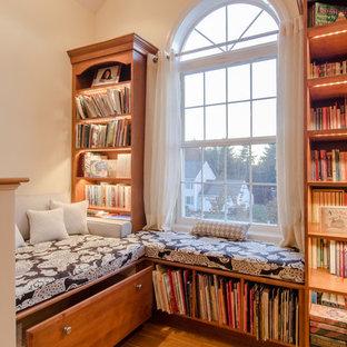Ispirazione per uno studio stile americano con libreria, pareti gialle e nessun camino