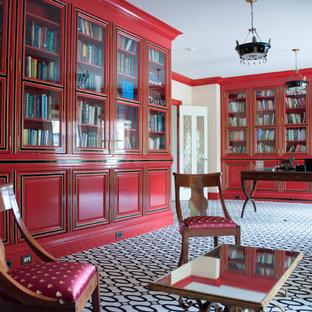 ニューヨークの広いヴィクトリアン調のおしゃれなホームオフィス・書斎 (自立型机、白い床) の写真