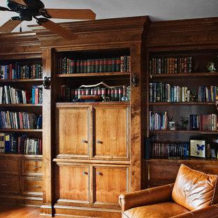 Idéer för ett mellanstort rustikt arbetsrum, med ett bibliotek, rosa väggar och ljust trägolv