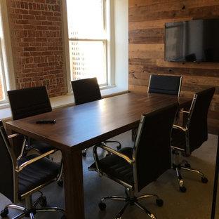 Immagine di uno studio contemporaneo di medie dimensioni con pavimento in cemento, scrivania autoportante e pavimento grigio