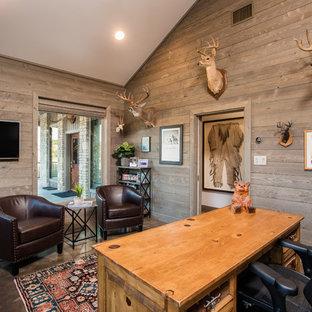 Inspiration för ett mellanstort rustikt hemmabibliotek, med grå väggar, betonggolv, ett fristående skrivbord och grått golv
