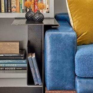 Esempio di uno studio design di medie dimensioni con libreria, pareti grigie e parquet scuro