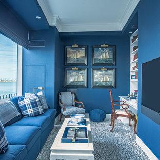ボストンのトラディショナルスタイルのおしゃれなホームオフィス・仕事部屋 (青い壁、造り付け机、青い床) の写真