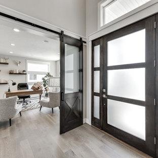 ソルトレイクシティの広いトラディショナルスタイルのおしゃれな書斎 (グレーの壁、ラミネートの床、暖炉なし、自立型机、グレーの床) の写真