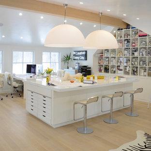 Esempio di un atelier contemporaneo con pareti bianche, parquet chiaro, scrivania autoportante e pavimento beige