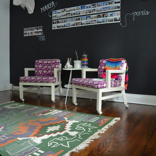 Imagen de despacho bohemio con paredes negras y suelo de madera oscura