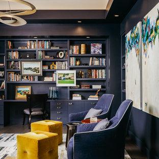 Exempel på ett stort klassiskt arbetsrum, med ett bibliotek, blå väggar, mörkt trägolv, ett inbyggt skrivbord och brunt golv