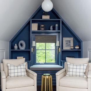 Esempio di uno studio chic con pareti blu, parquet scuro e pavimento marrone