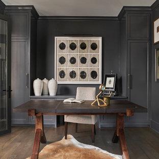 シカゴの中くらいのトランジショナルスタイルのおしゃれな書斎 (黒い壁、濃色無垢フローリング、暖炉なし、自立型机、茶色い床) の写真