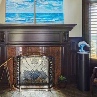 シカゴの中くらいのおしゃれな書斎 (ベージュの壁、濃色無垢フローリング、両方向型暖炉、茶色い床) の写真