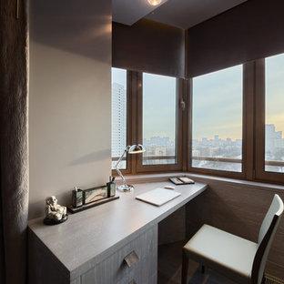 Idee per un piccolo atelier contemporaneo con pareti grigie, pavimento in legno verniciato, scrivania incassata e pavimento grigio