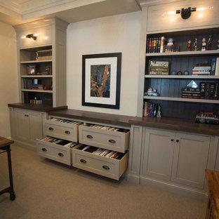 サンディエゴの中くらいのトランジショナルスタイルのおしゃれなホームオフィス・書斎 (ベージュの壁、カーペット敷き、自立型机、ベージュの床) の写真