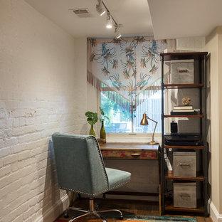 Idéer för små eklektiska hemmabibliotek, med vita väggar, vinylgolv, ett fristående skrivbord och brunt golv