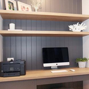 サンシャインコーストの小さいビーチスタイルのおしゃれな書斎 (グレーの壁、淡色無垢フローリング、造り付け机、黄色い床) の写真