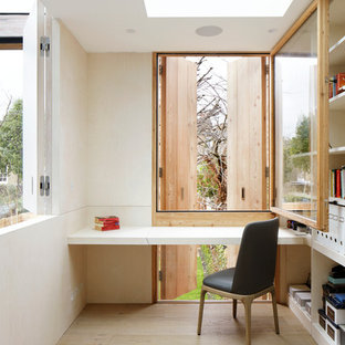 Ispirazione per un piccolo studio contemporaneo con libreria, pareti bianche, parquet chiaro, nessun camino, scrivania incassata e pavimento beige
