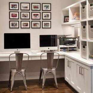 Modelo de despacho tradicional renovado con paredes grises, suelo de madera oscura y escritorio empotrado
