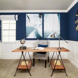 サクラメントの中くらいのビーチスタイルのおしゃれな書斎 (青い壁、カーペット敷き、自立型机) の写真