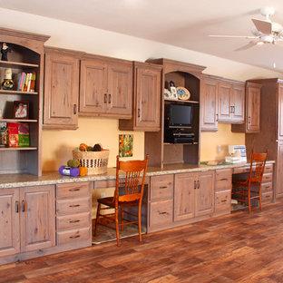Inspiration för stora klassiska hobbyrum, med gula väggar, linoleumgolv och ett inbyggt skrivbord