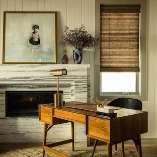 サンディエゴのビーチスタイルのおしゃれな書斎 (白い壁、横長型暖炉、石材の暖炉まわり、自立型机、表し梁、塗装板張りの壁) の写真