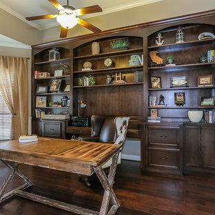 Inspiration för ett mellanstort rustikt hemmabibliotek, med grå väggar, mörkt trägolv och ett fristående skrivbord