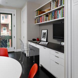 Пример оригинального дизайна: рабочее место в стиле современная классика с встроенным рабочим столом, серыми стенами и черным полом
