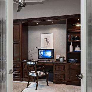 ニューヨークの中サイズのコンテンポラリースタイルのおしゃれなホームオフィス・書斎 (大理石の床、造り付け机、グレーの壁、暖炉なし) の写真