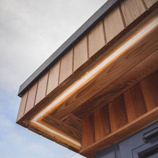Inspiration för små moderna hemmastudior, med flerfärgade väggar, ljust trägolv och ett fristående skrivbord