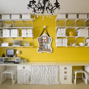 Idées déco pour un bureau atelier contemporain avec un mur jaune.