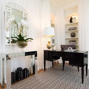 Großes Modernes Arbeitszimmer ohne Kamin mit weißer Wandfarbe, braunem Holzboden, freistehendem Schreibtisch und Arbeitsplatz in New York
