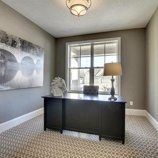 Diseño de despacho clásico renovado, de tamaño medio, sin chimenea, con paredes grises, moqueta y escritorio independiente