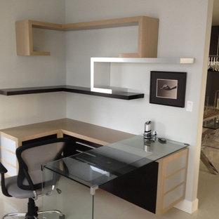 Неиссякаемый источник вдохновения для домашнего уюта: маленькое рабочее место в современном стиле с белыми стенами, мраморным полом, встроенным рабочим столом и бежевым полом