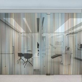 Foto di un grande studio minimal con pareti bianche, nessun camino, pavimento beige e pavimento in pietra calcarea