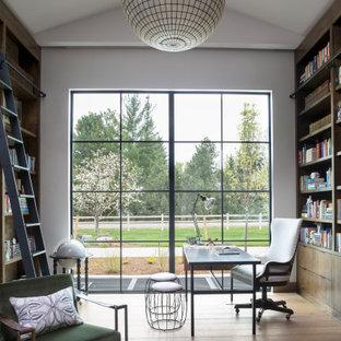 デンバーの広いコンテンポラリースタイルのおしゃれな書斎 (白い壁、無垢フローリング、自立型机、ベージュの床) の写真