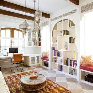 他の地域の中サイズのトランジショナルスタイルのおしゃれなホームオフィス・書斎 (白い壁、ライムストーンの床、暖炉なし、造り付け机、ベージュの床) の写真