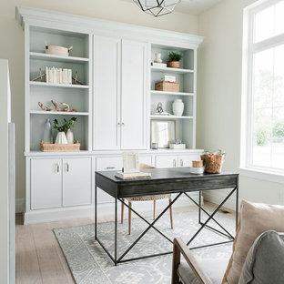 Idee per un ufficio stile marino con pareti bianche, parquet chiaro e scrivania autoportante