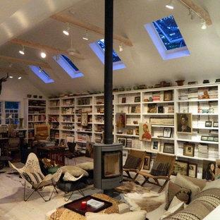 На фото: маленький домашняя библиотека в стиле неоклассика (современная классика) с подвесным камином с